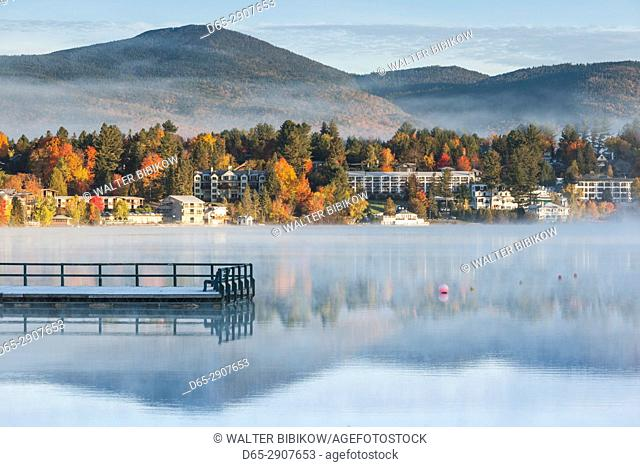 USA, New York, Adirondack Mountains, Lake Placid, Mirror Lake fog at dawn
