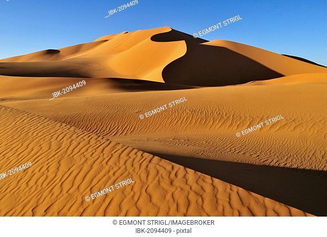 Sand dunes at Erg Mehedjibat, Adrar n'Ahnet, Adrar Ahnet, Algeria, Sahara, North Africa