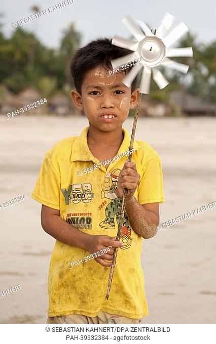 A boy is pictured holding a windmill at Ngapali Beach, Myanmar, 10 April 2013. Photo: Sebastian Kahnert   usage worldwide. - Ngapali/Birma