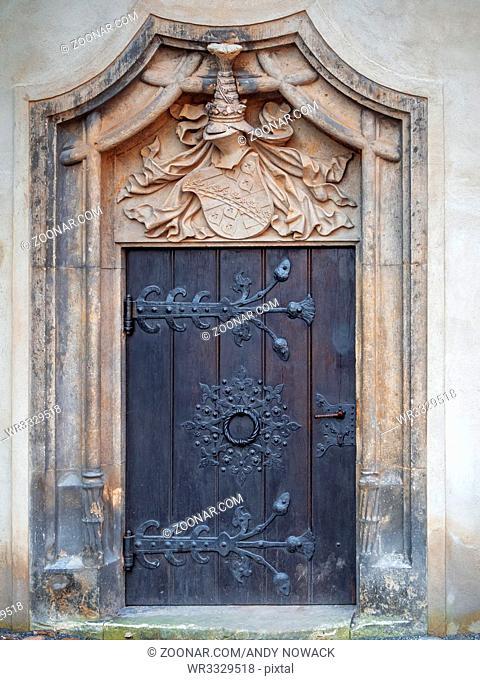 Frontale Außen-Ansicht einer unbeachteten Seitentür der Schlosskirche in Lutherstadt Wittenberg