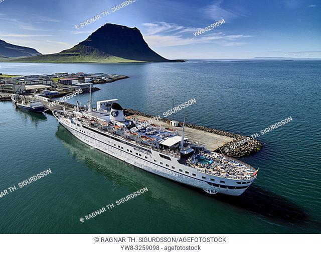 Cruise ship, Mt Kirkjufell, Grundarfjordur, Iceland