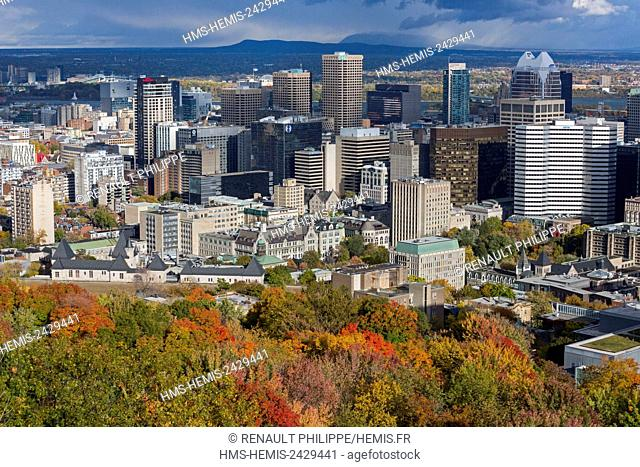 Canada, Quebec province, Montreal, downtown and its skyscrapers from the Kondiaronk lookout at the summit of the Mount Royal in autumn