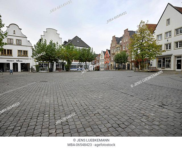 Rheine, market square with houses in the background