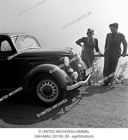 Auf einer Rundfahrt mit dem Ford Eifel, Deutschland 1930er Jahre. Cruising around with a Ford model Eifel, Germany 1930s