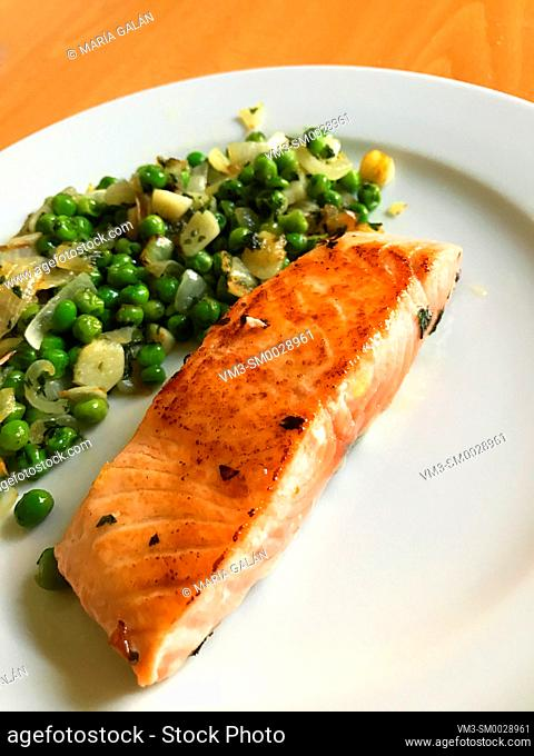 Grilled salmon loing with peas and garlic