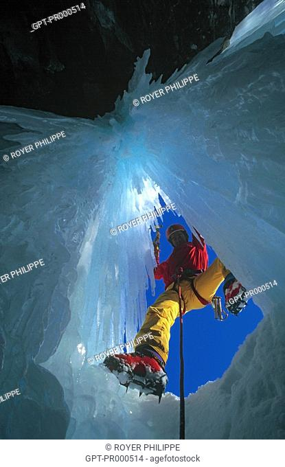 MOUNTAINEERING IN AN ICE CASCADE, PARK OF LA TARENTAISE, TIGNES, SAVOY (73), RHONE-ALPES, FRANCE