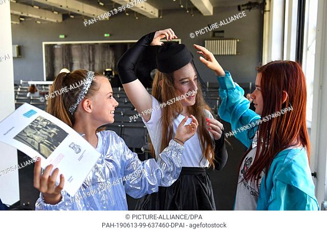 13 June 2019, Saxony-Anhalt, Dessau-Roßlau: The students Alissa (from left), Leni and Sophie of the Peace School Dessau dress up in the auditorium of the...