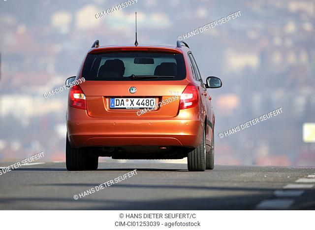 Skoda Fabia Combi 1.9 TDI Sport, model year 2007-, orange -metallic, rust-red, driving, diagonal from the back, rear view, country road