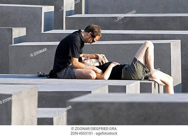Verliebtes Paar, Jüdisches Mahnmal, Berlin, Deutschland Couple in love, Jewish Memorial, Berlin, Germany