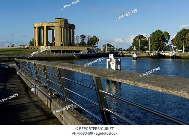 Nieuwpoort - 03 october 2016 Le pont Albert, la rotonde, la patte d'oie, le port de plaisance le long de l'Yser a Nieuport Albertbrug, oorlogsmonumenten
