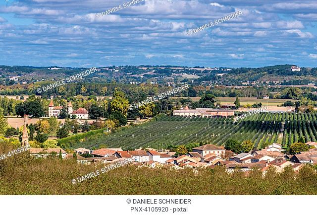 France, Tarn-et-Garonne, Auvillar, view on the Garonne and the Espalais village (Most Beautiful Village in France) Saint James way