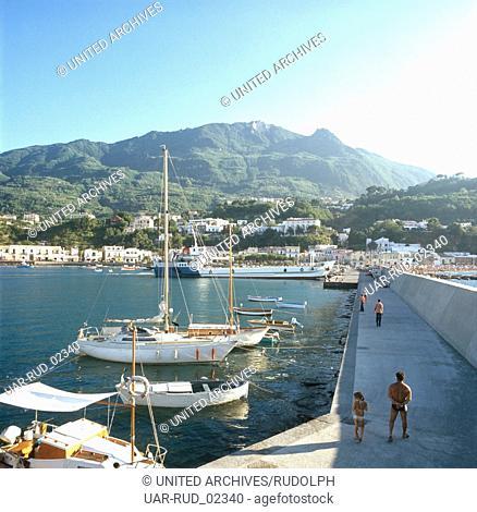 Der Hafen von Lacco Ameno auf Ischia, Italien 1970er Jahre. The harbour of Lacco Ameno, Ischia, Italy 1970s