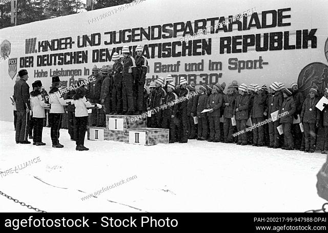 01 January 1979, Saxony, Oberwiesenthal: At the Seventh Children and Youth Partakiade in the 30th year of the GDR, children and young people stand up in the...
