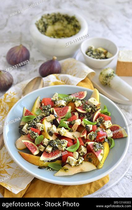 Salad with fig and blue cheese