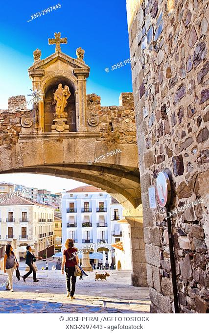 Arch of the Star, Arco de la Estrella or Puerta Nueva, Main square from Arch of the Star Street, Plaza Mayor, Old Town of Cáceres, medieval town