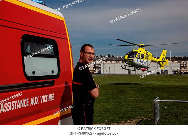 TRANSPORTING A VICTIM ON BOARD THE HELICOPTER OF THE SAMU 45 EMERGENCY MEDICAL SERVICES, SULLY-SUR-LOIRE, LOIRET 45, FRANCE