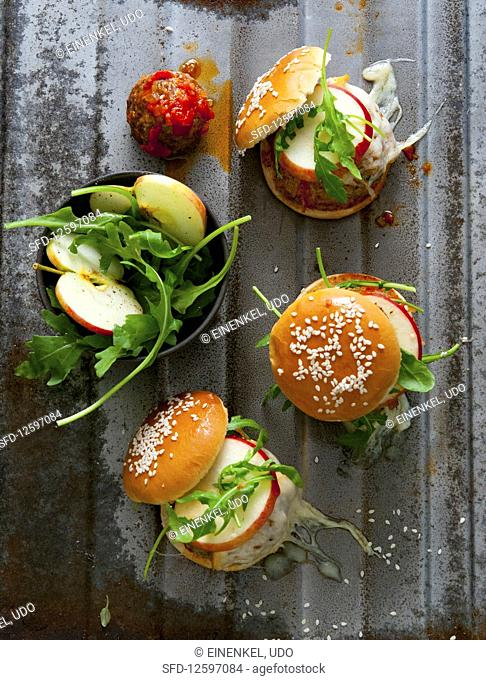 Cheeseburgers with rocket, apples and meatballs