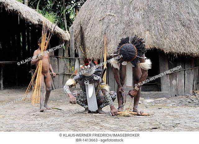 Dani lighting a fire, Yiwika, Baliem Valley, Irian Jaya, New Guinea, West Guinea, Indonesia, Southeast Asia, Asia