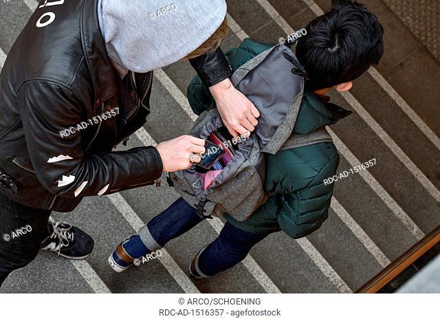 Diebstahl eines Handys aus Rucksack, Strassenkriminalitaet, gestelltes Foto