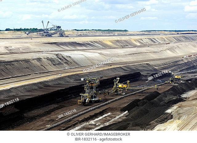 Coal seam and machines in the open pit Welzow-Sued, mining of brown coal by the Vattenfall energy company, Lower Lusatia, Lusatia, Brandenburg, Germany, Europe
