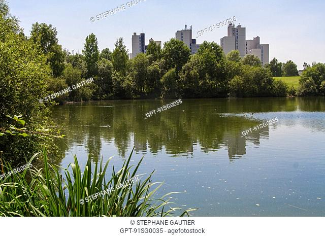 THE HAUTES BERGERES TOWER, LAKE IN THE PARC DU NORD PARK, LES ULIS, ESSONNE (91), ILE-DE-FRANCE, FRANCE