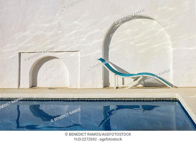 Swimming pool with recliner