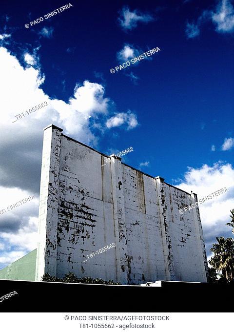 fronton wall