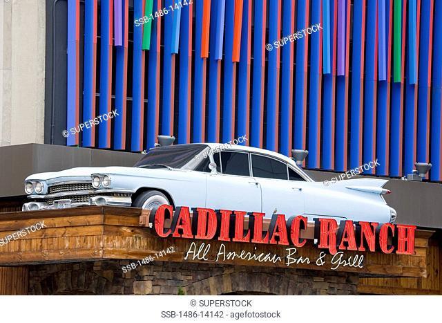 USA, Ohio, Cincinnati, Fountain Square, Cadillac Ranch Restaurant