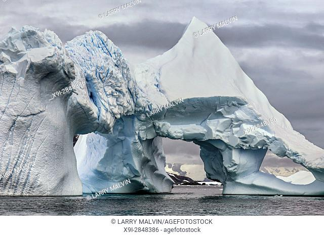 Dramatic iceberg formation with opening along the Antarctic Peninsula