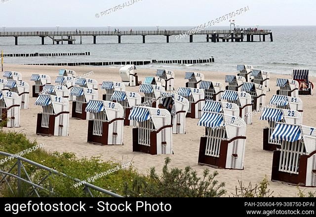 04 June 2020, Mecklenburg-Western Pomerania, Kühlungsborn: Beach chairs stand close to each other on the beach and wait for holidaymakers and tourists