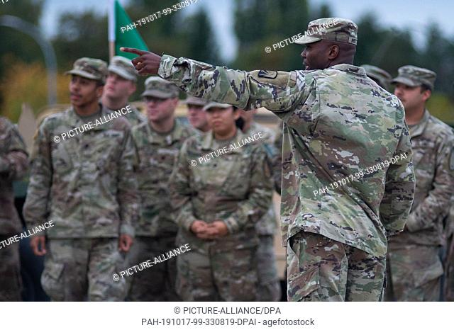 17 October 2019, Saxony-Anhalt, Burg: A non-commissioned officer of the US Army instructs members of a US brigade from Fort Hood in Texas in the Clausewitz...
