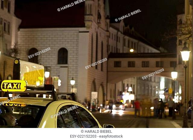 Taxi, Innenstadt München bei Nacht