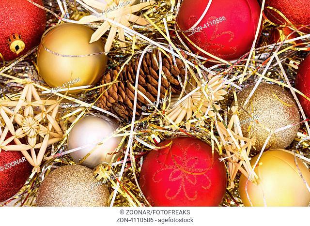 Weihnachtsdekoration - Kugeln, Sterne, Lametta und ein Tannenzapfen studioaufnahme, Stillleben als weihnachtliches Motiv oder Hintergrund