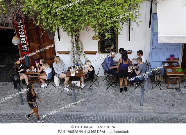 """26 May 2019, Spain, Ibiza-Stadt: People are sitting in a bar downtown. (to dpa-Korr """"""""Where Strache stumbled: Secluded corners on the party island Ibiza"""""""")..."""