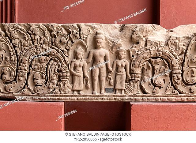 Lintel, from western Prasat Chikreng, Siem Reap, angkorian period, Baphuon style, 11th century, sandstone, national museum of Cambodia, Phnom Penh, Cambodia