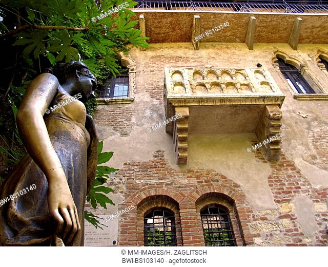 Statue of Juliet under the balcony, Casa Capuletti, Italy, Verona