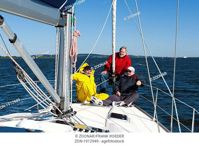 3 Männer am Bug einer Segeljacht vor der Insel Hiddensee