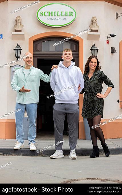 19 May 2021, North Rhine-Westphalia, Cologne: Tatiani Katrantzi (r), actress, her ex-husband Oliver Petszokat (l) and their joint son Ilias Petszokat stand on...