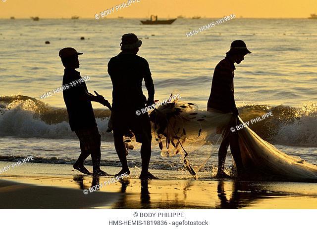 Vietnam, Binh Thuan Province, Phan Thiet, fishermen on the beach, hawling the nets