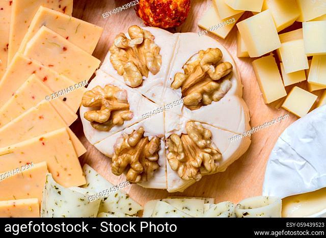 Käseplatte variation auf einem Holztisch