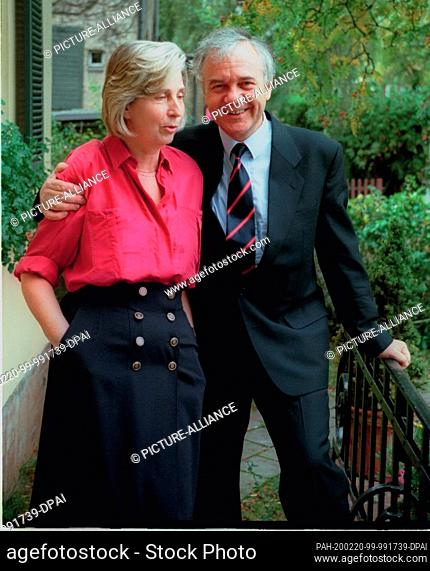 01 January 1990, Berlin, Potsdam: Married couple Ingrid and Manfred Stolpe in front of their Potsdam house. Photo: Paul Glaser/dpa-Zentralbild/ZB