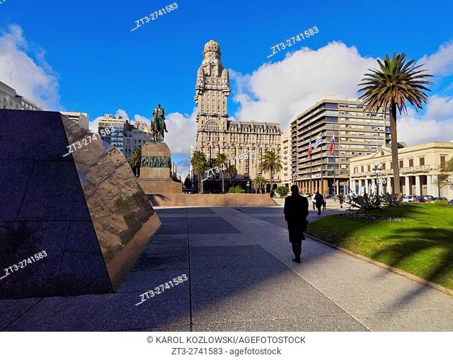 Uruguay, Montevideo, View of the Independence Square with the Artigas Monument and the Salvo Palace