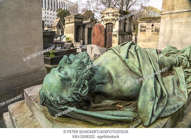 Statue auf einem Grab des Pariser Friedhof Cimetiere de Montmartre Paris, Frankreich   Statue on a tomb on Montmartre Cemetery, Paris, France