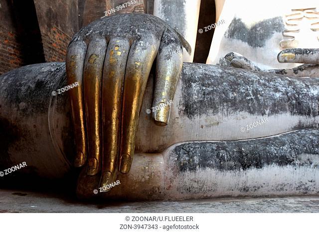 Die Buddha Figur im Wat Si Chum Tempel in der Tempelanlage von Alt-Sukhothai in der Provinz Sukhothai im Norden von Thailand in Suedostasien