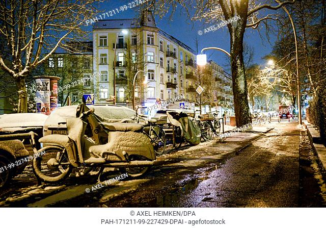 Streets and pavements in the inner city are covered in snow and snow mud in the early morning hours in Hamburg, Germany, 11 December 2017