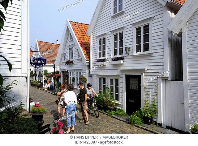 Traditional white wooden houses in the Ovre Strandgate in the Old Stavanger district, Stavanger, Norway, Scandinavia, Northern Europe