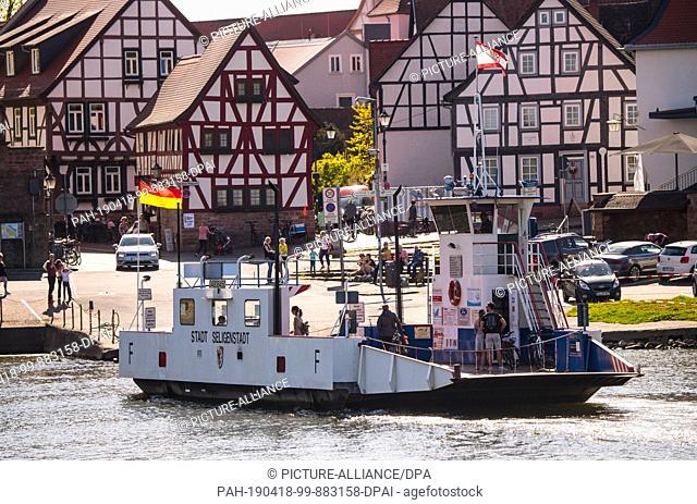 "18 April 2019, Hessen, Seligenstadt: The Main ferry """"Stadt Seligenstadt"""" leaves on the Hessian bank of the Main. The Seligenstadt passenger and car ferries..."