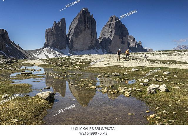 Tre Cime di Lavaredo, Drei Zinner, Three Peaks of Lavaredo, Sesto Dolomites, Trentino Alto Adige, Italy. Hikers walk on the pathway