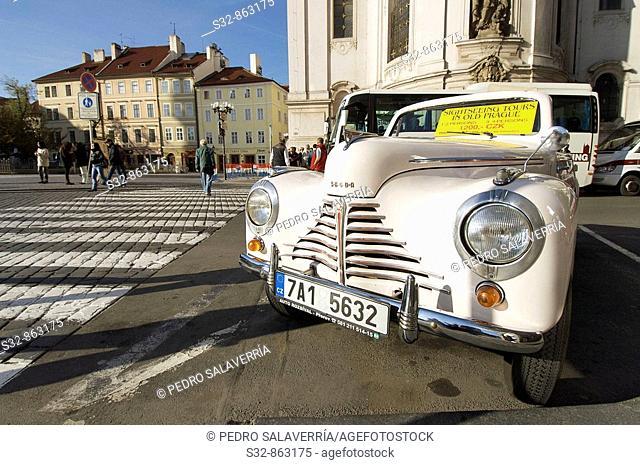 Coche cla'sico turi'stico en Praga; Republica Checa