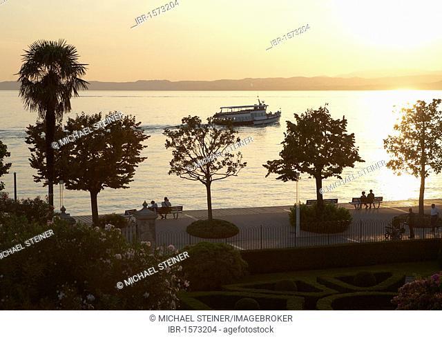 Lakeside promenade on the lake in the evening, backlighting, Bardolino, Lake Garda, Italy, Europe